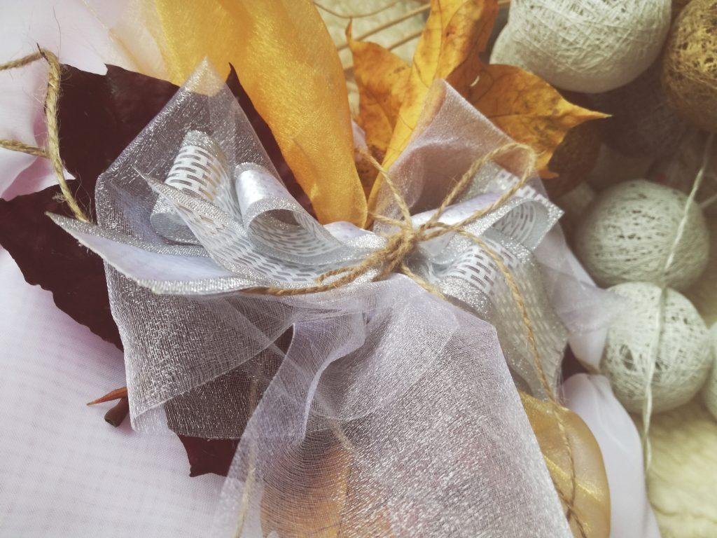pomysl-na-jesienna-dekoracje-prezentu-alternatywa-dla-zwyklej-wstazki